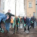 Губернатор Санкт-Петербурга сажает дерево
