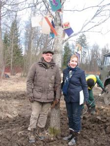 Игорь Скляр Наталья Акимова у дерева, которое они подарили Павловскому парку.Фото Елены Флеровой 2014 апрель