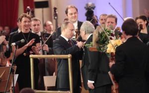 Юбилей Ю. Темирканова В.В. Путин вручает орден Ю. Темирканову